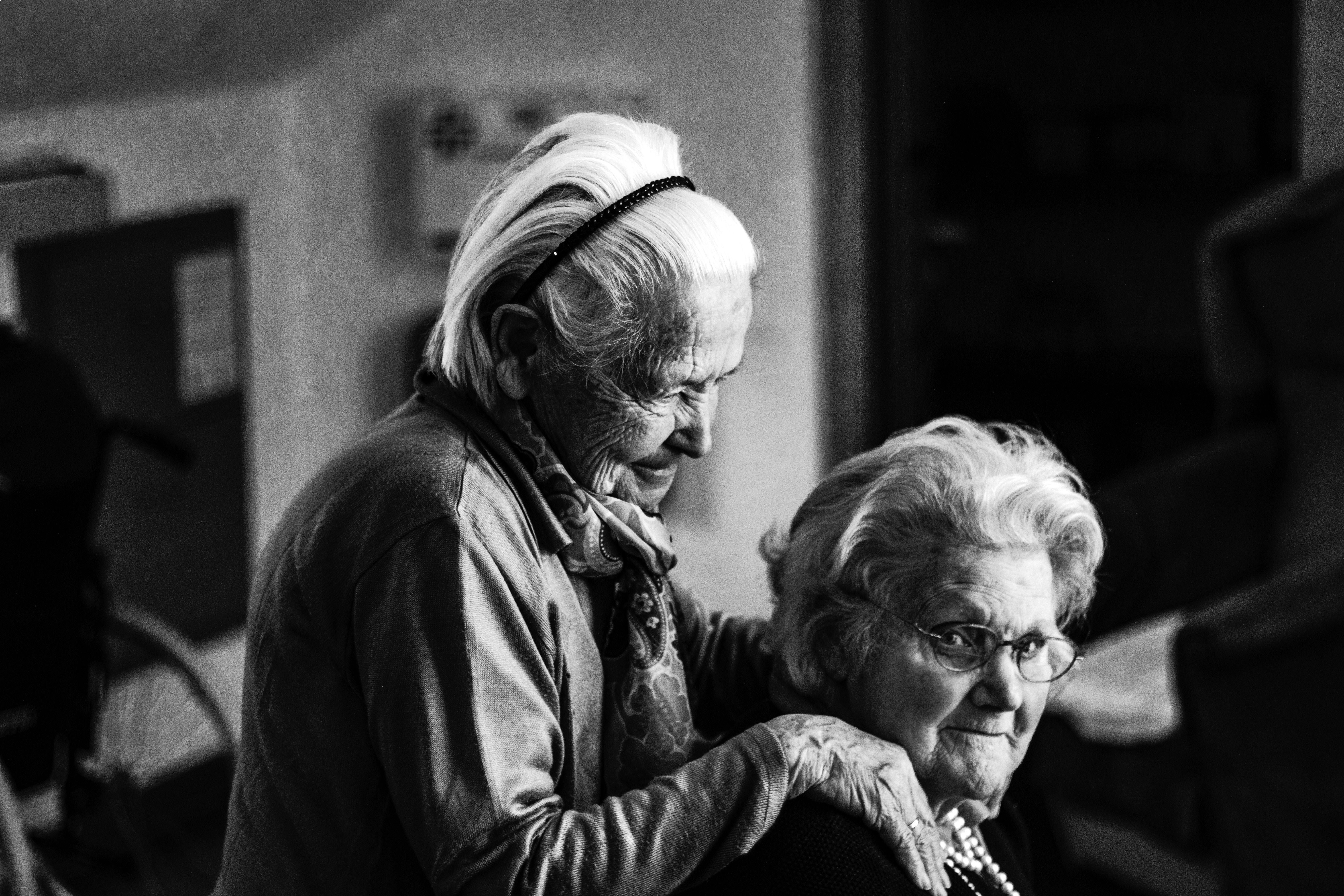 Zatímco vroce 1850 se lidé dožívali vprůměru pětačtyřiceti let, a pokud bylo někomu padesát, byl už starý, dnes se dožíváme běžně osmdesáti i více let. Vliv na to má nejen zdravý životní styl, ale třeba i pocit samoty. Jak se tedy spolehlivě dožít co nejvyššího věku?