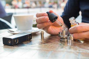 Je tu možnost namíchat si směs do e-cigarety sám, a to už pak jsme mimo jakoukoli kontrolu.