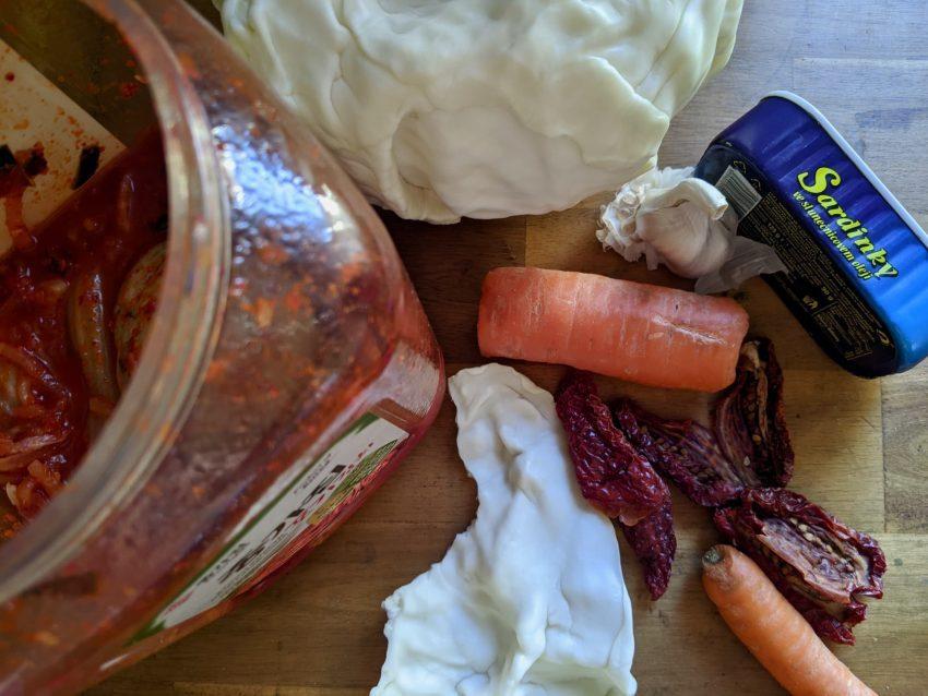 """<span style=""""color: #000000;"""">Superzralá sušená rajčátka, kvašené zelí plné laktobacilů, tradiční české zelí a naše lokální superpotravina česnek. Jako třešnička jsou sardinky, které doplní především omega-3 tuky a taky vitamin D, až budete mít málo sluníčka.</span>"""