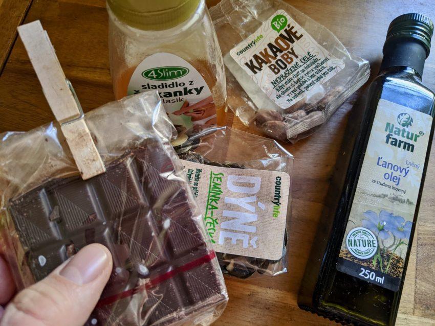 """<span style=""""color: #000000;"""">Asi je jasné, co udělají hromady snickersek u Netflixu s vaším tělem. Pro mlsání tedy vybíráme jako tip kvalitní hořkou čokoládu, med a čekankový sirup s glykemickým indexem nižším než 5. Vynikající lněný olej s omega-3 se hodí na zalití salátu (třeba s pár kapkami japonské omáčky tamari – opět živě fermentovaná). Lněný olej je potřeba skladovat v chladu.</span>"""