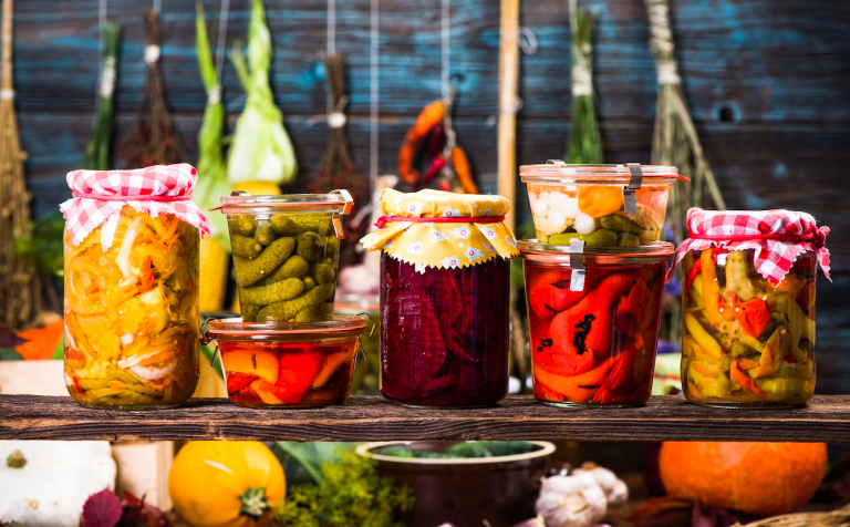 Kvašené potraviny jsou zdravé a zároveň dlouho vydrží. Navíc si je zvládnete připravit doma.